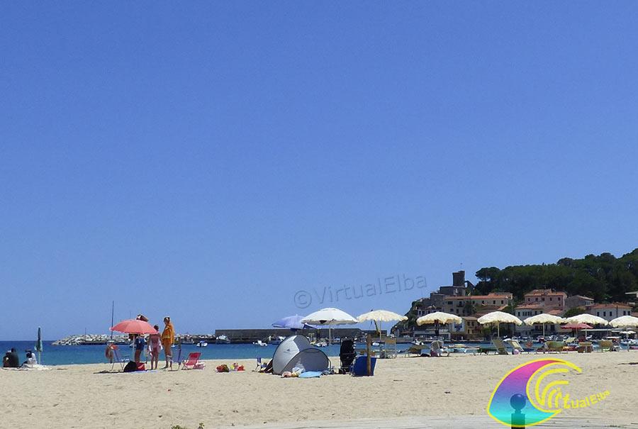 Spiaggia Marina di Campo, il paese e la torre Pisana all'ingresso del porto