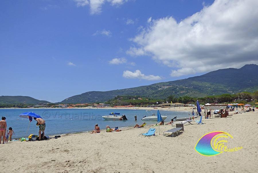 Spiaggia di Marina di Campo è la più grande dell'Elba